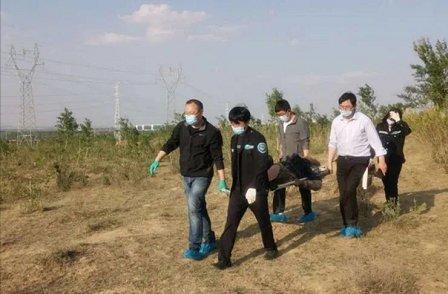 Đội cứu hộ đưa bà Vương tới bệnh viện điều trị.