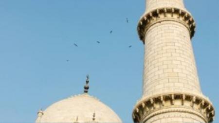 Bao quanh tòa nhà chính là 4 vòm tròn nhỏ. 4 góc đền là 4 ngọn tháp với độ cao 40 m. Theo quan niệm Hồi giáo, số 4 tượng trưng cho sự thiêng liêng và bất diệt.