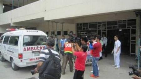 Nhân viên lãnh sự được đưa đến bệnh viện cấp cứu ngày 21-10. Ảnh: IASK