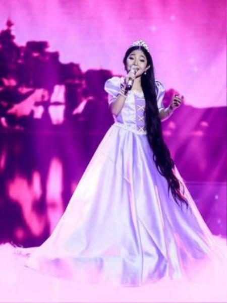 Hình ảnh cô bé Rapunzel được sao nhí Hồng Minh thể hiện trong bộ trang phục một nàng công chúa cùng mái tóc dài suôn mượt.
