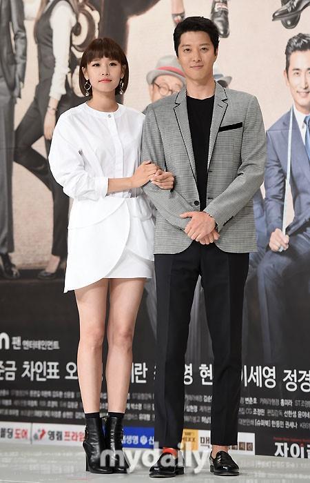 """Quen nhau chưa được bao lâu nhưng cặp đôi đang lên kế hoạch cử hành """"ngày chung đôi"""" vì Jo Yoon Hee mang thai."""