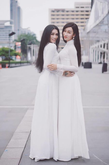 Áo dài trắng ôm sát cùng mái tóc đen dài đúng chuẩn con gái Việt.