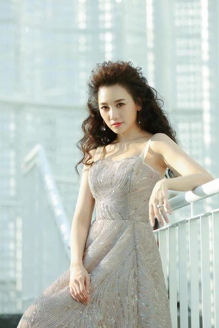 """Diện chiếc váy đính kết lấp lánh, nhưng điểm gây chú ý của Hari Won lại nằm ở """"quả tóc xù mì"""" ấn tượng."""