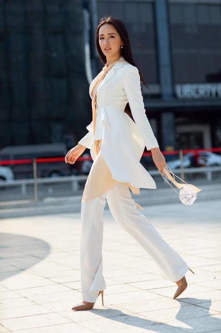 Tuy cũng là vest nhưng cách thiết kế bất đối xứng, vạt chéo đắp thời thượng đem lại sự mới mẻ cũng được cô nàng trưng dụng.