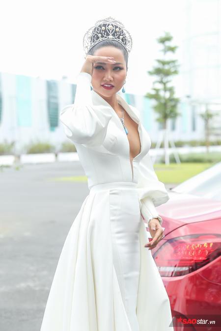 Mới đây, H'Hen Niê đã khiến nhiều người bất ngờ khi diện chiếc váy xẻ cực sâu, khoe thềm ngực quyến rũ, phổng phao.