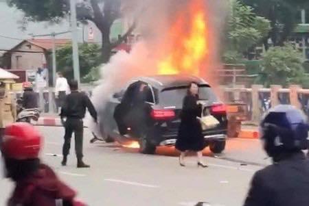 Nữ tài xế hốt hoảng chạy ra ngoài.
