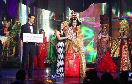 Hoa hậu Hàn Quốc trong bộ trang phục từ thời vua chúa. Thiết kế đã giành chiến thắng năm 2013.