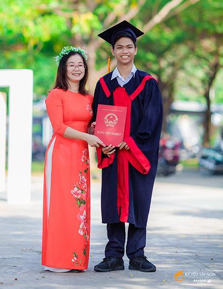 Thủ khoa Phạm Tiến Trung chụp hình lưu niệm cùng cô chủ nhiệm lớp 12. Ảnh: Báo Đồng Nai