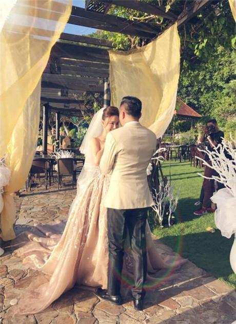 Một trong số những bức ảnh cưới hiếm hoi được Vy Oanh đăng tải.