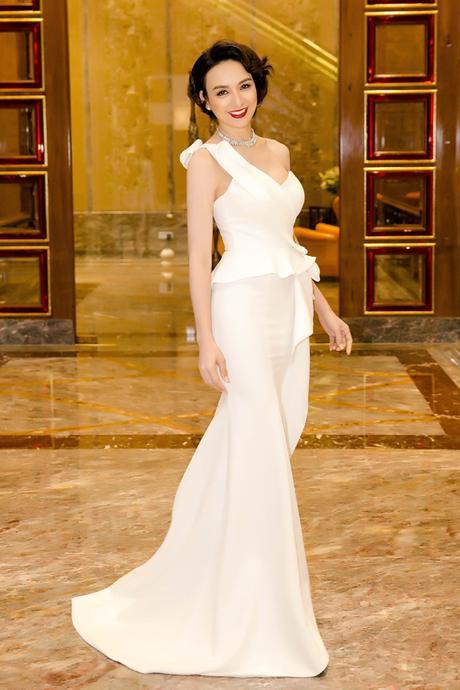 Ngọc Diễm khoe nhan sắc mặn mà trong bộ cánh tông trắng. Với mái tóc ngắn, người đẹp nhận được nhiều lời khen cho vẻ ngoài sang trọng, tinh tế.
