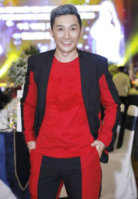 Người mẫu Nam Phong kém đẹp mắt với bộ cánh hai màu đen đỏ sến sẩm khi tham dự một sự kiện trong tuần qua.