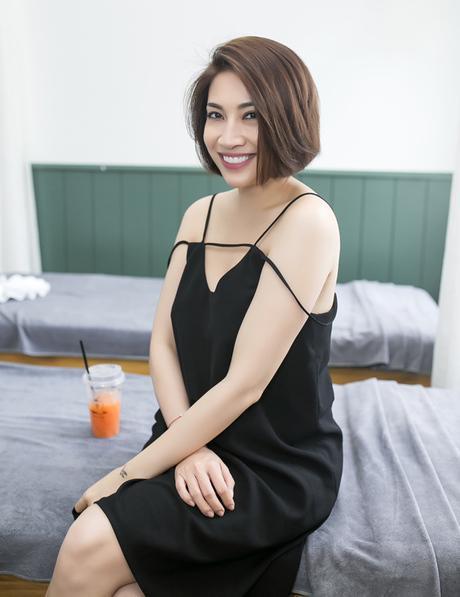 Còn Pha Lê có vẻ đã đem nhầm váy ngủ đến sự kiện chăng? Chiếc váy rộng thế này hoàn toàn có phần không phù hợp với vóc dáng người đẹp.