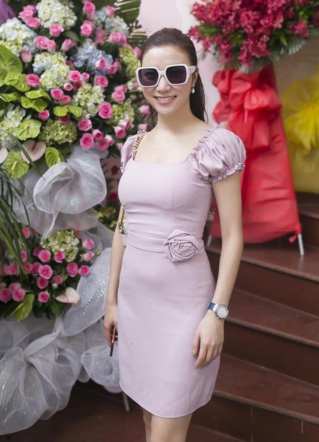 Chiếc váy của Hạnh Sino trông nhàm chán và sến sẩm. Từ chi tiết tay bồng đến kiểu hoa ngay eo hoàn toàn không giúp người mặc khoe được sắc vóc của mình.
