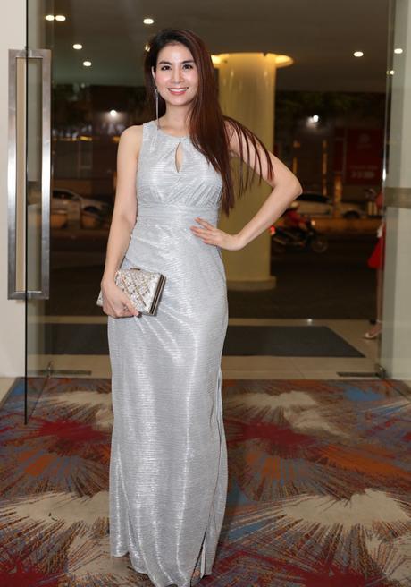 Chiếc váy được cắt may thiếu chỉn chu làm cho hình thể của diễn viên Kha Ly trở nên thẳng đuột, mất triệt đường cong hình thể.
