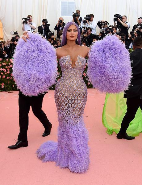 """Thế nhưng Kylie ơi, bộ cánh được kết cườm theo dạng lưới mà nàng đang mặc cũng rất đẹp, thời thượng và hơn hết là còn """"on trend"""" nữa!"""