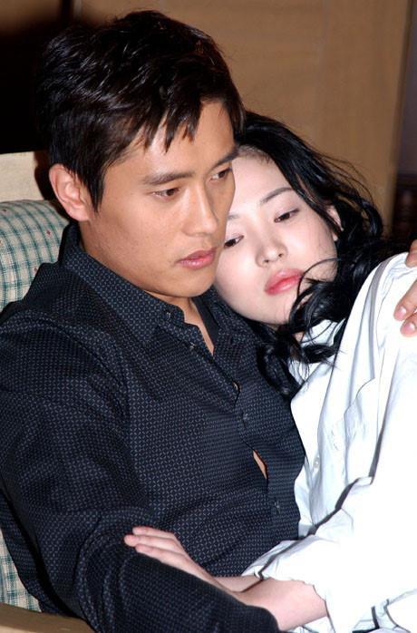 Song Hye Kyo tươi cười rạng rỡ sau khi ly hôn Song Joong Ki, Knet: Đôi mắt ham muốn nhục dục ảnh 2