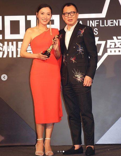 Hứa Thiệu Hùng đại diện trao giải cho Trần Vỹ.