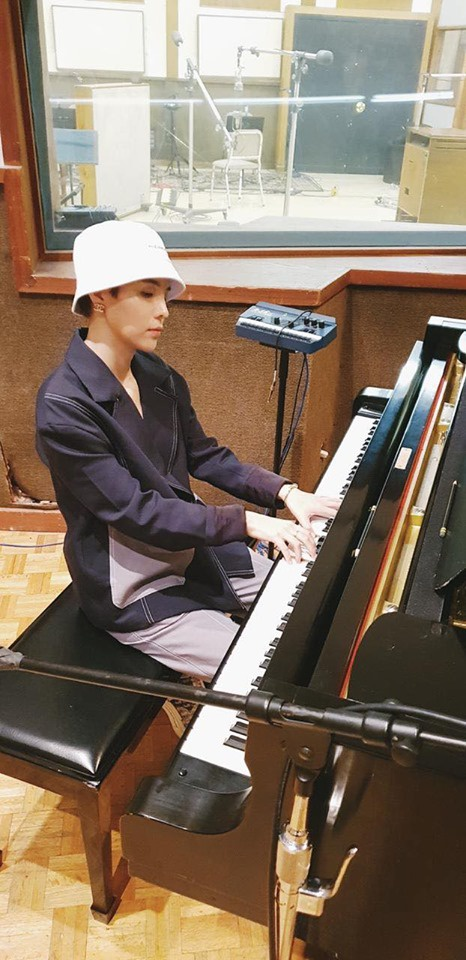 Nữ ca sĩ bên chiếc đàn piano huyền thoại tại phòng thu nổi tiếng.