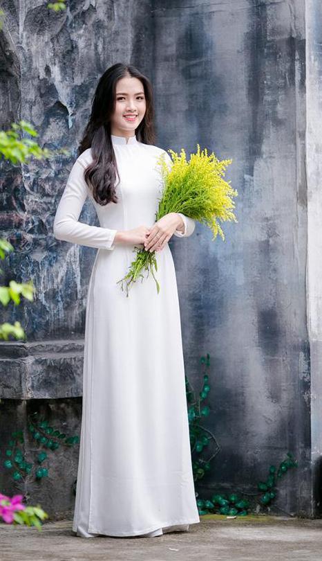 Với gương mặt khả ái, Nguyễn Khánh Ly - tân hoa khôi sinh viên trường ĐH Hà Nội còn sở hữu thành tích học tập và hoạt động ngoại khóa khá ấn tượng.