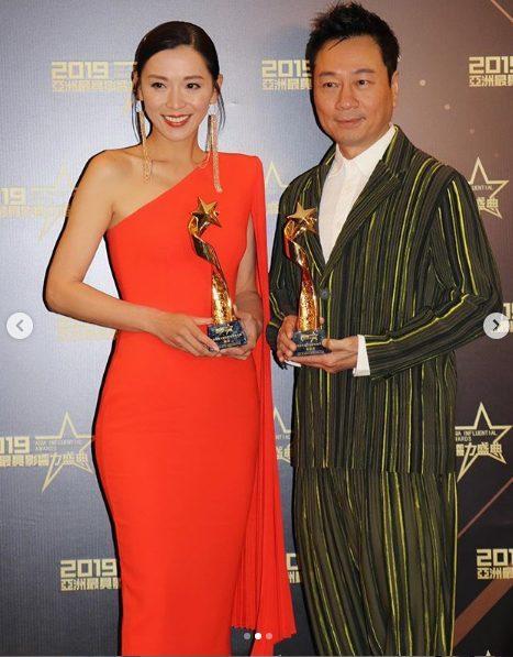 Cặp đôi khi nhận giải thưởng.