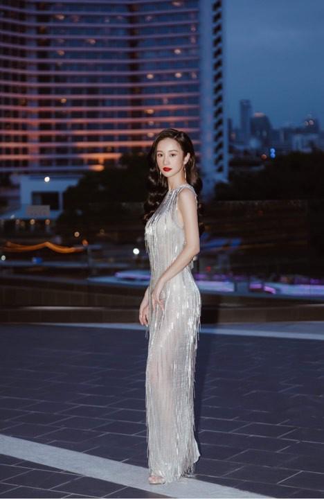 Tuy vẫn rất đẹp và tao nhã, nhưng xem ra thần thái của cô nàng lại có phần giảm sút khi đặt kế Khánh Linh trong cùng một mẫu đầm.
