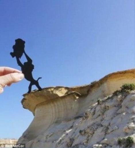Vua sư tử Rafiki nâng Simba lên đầu