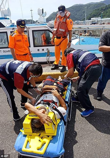 Người bị thương trong vụ sập cầu. Ảnh: AP
