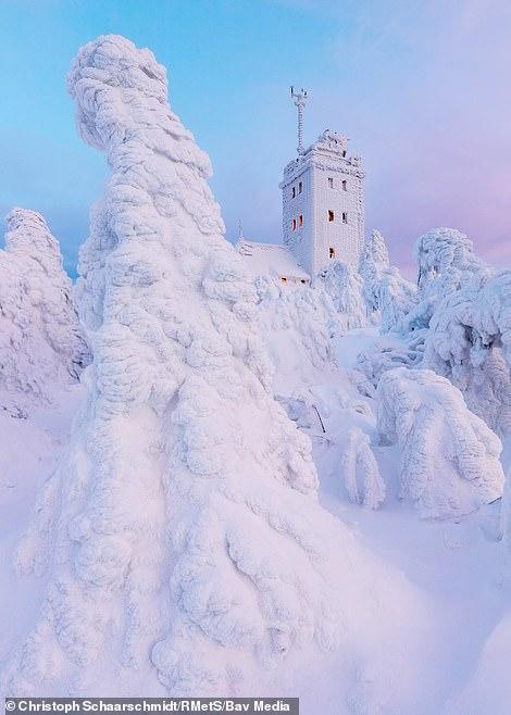 Ngọn núi ở Đức phủ một tấm chăn bằng tuyết trắng