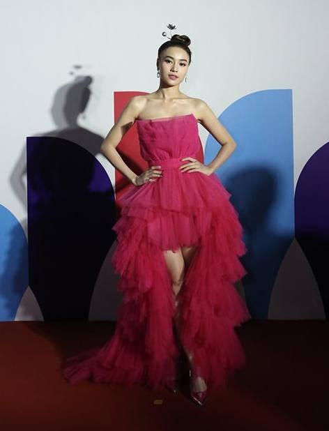 Những chiếc váy voan màu sắc, hồng rực rỡ tạo nên hình ảnh ngọt ngào, pha chút cá tính.