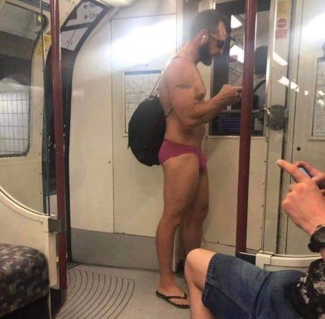 Người này chỉ mặc độc chiếc quần lót vì quá nóng.