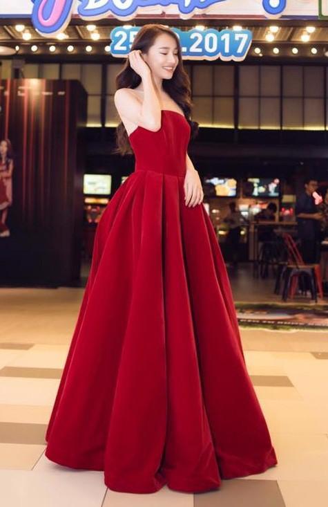 Không chỉ màu trắng, tông màu đỏ cũng rất hợp để mặc vào đám cưới, thể hiện sự sắt son, nồng nàn.