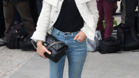 Nữ diễn viên, người mẫu Clémence Poésy lại yêu thích những chiếc quần jeans. Cô thường mặc chúng và đi giày bệt hoặc boots. Áo len phong cách menswear hay áo thun là lựa chọn được người mẫu này ưu ái vào mỗi mùa hè.