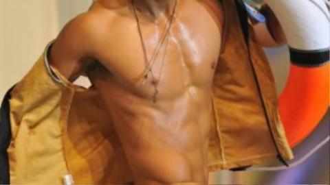 Trương Ngọc Tình cao 1m83, nặng 73 kg, số đo: 103 - 73 - 96. Hình ảnh tại phần thi áo tắm đêm chung kết 2010.