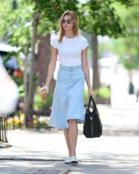Karlie Kloss làm sáng bừng không gian xung quanh với váy denim dáng chữ A và áo thun trắng trơn kiểu basic.