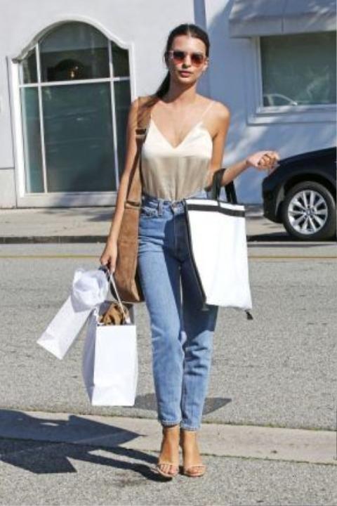 Ai bảo mặc denim thì không quyến rũ? Nếu thích phong cách sexy bạn có thể mặc áo tank hai dây voan mỏng màu nude cùng quần jean dáng basic. Để tôn dáng hơn nên đi sandal quai mảnh.