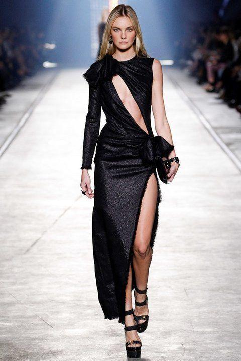 Thiết kế nằm trong BST Versace's Spring 2016 trình diễn tại Milan Fashion show hồi đầu năm. Chiếc váy có giá bán hơn 51 triệu đồng. Tuy nhiên thiết kế Hà Hồ mặc có dáng ngắn hơn và chất liệu vải đen bóng.