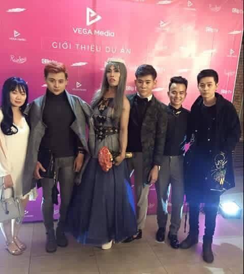 Tùng Sơn mặc váy, đội vương miện cùng bạn trai soái ca đi dự sự kiện ảnh 1