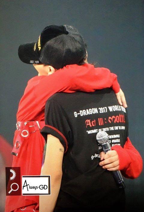 Những hình ảnh thân thiết của bộ đôi G-Dragon - Seungri trên sân khấu.