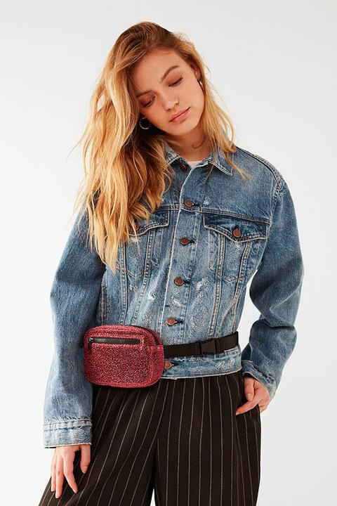 Tuy nhiên, rẻ nhất trong những chiếc túi của thương hiệu Urban Outfitters phải kể đến mẫu túi Glitter. Với chất liệu nhung ánh kim nổi bật và cá tính, chiếc túi này hoàn toàn là 1 lựa chọn xứng đáng để các tín đồ thời trang dốc hầu bao.