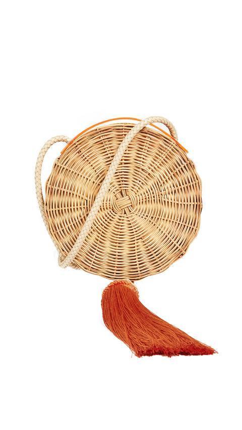 Mẫu túi cói có một không hai của hãng WAIWAI với tua rua màu cam gợi sắc thái nóng bỏng ngày hè nhưng vẫn rất thanh nhã vì sử dụng chất liệu tự nhiên.