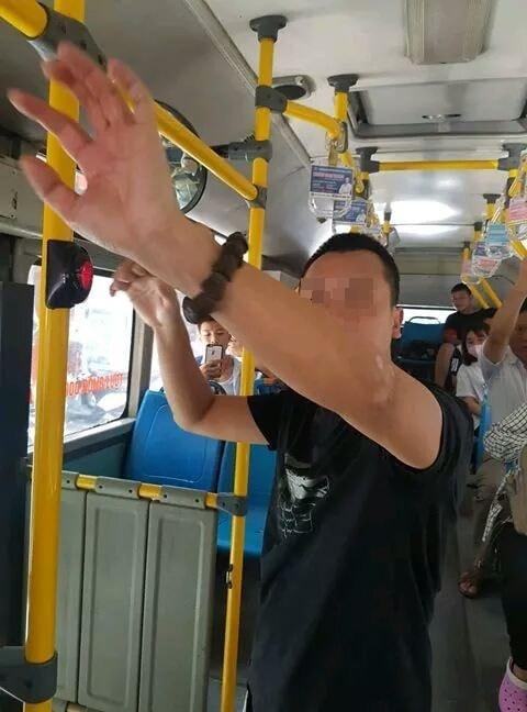 Kẻ biến thái thủ dâm trên xe buýt bị lập biên bản. Ảnh: Xe Bus Confession