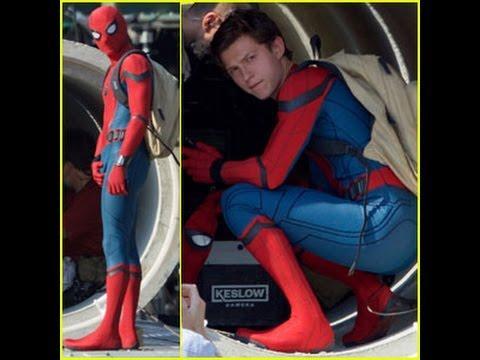 Tom đã phải mặc bộ đồ bó vô cùng nóng nực này trong suốt quá trình ghi hình.