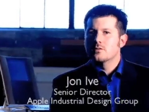 Đây là hình ảnh của Ive khi ông còn trẻ. Ive gia nhập Apple năm 1992 và sau đó trở thành Phó Chủ tịch phụ trách thiết kế sau khi Steve Jobs trở lại ghế CEO vào năm 1997.