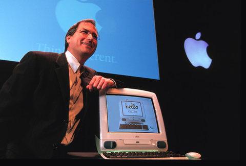 """Một trong những """"bài tập"""" đầu tiên Steve Jobs giao cho Ive là chiếc máy tính nhiều màu sắc và kinh điển iMac."""