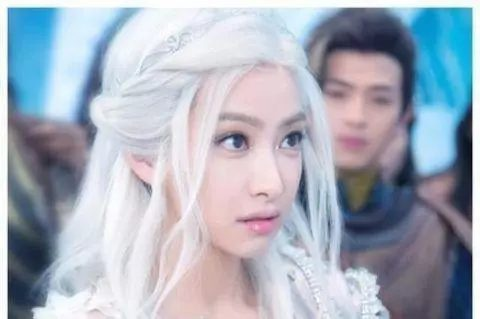 Sao Hoa ngữ với tạo hình mái tóc dài bạc trắng ảnh 3