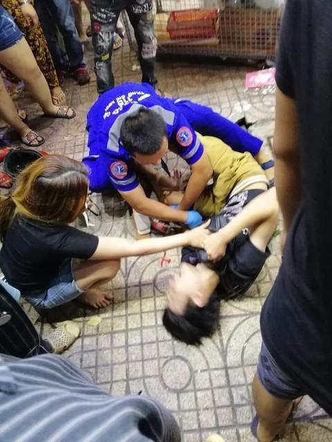 Một người bị thương được sơ cứu. Ảnh: Công an TP.HCM