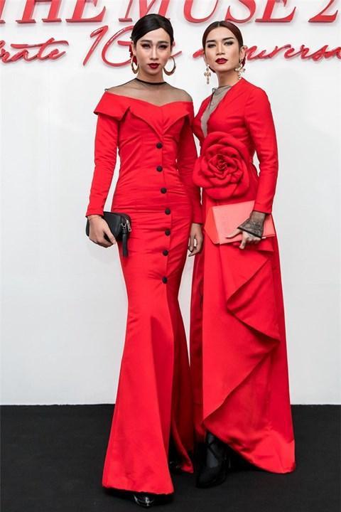 Bộ váy đỏ rực ôm sát vóc dáng cùng phụ kiện hoa tai bản to tạo nên dáng vẻ như một bà hoàng.