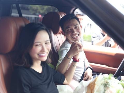 Vẻ rạng rỡ của Minh Nhựa khi đón vợ hai về ở sân bay, sau khi cô bỏ đi vì thói trăng hoa của anh.