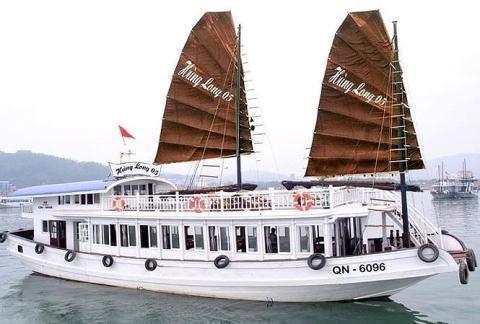 Tàu du lịch Hùng Long. Ảnh PLO