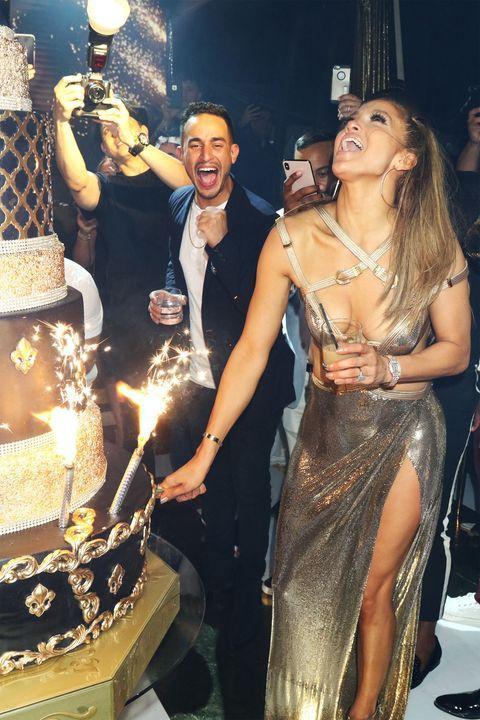 Jennifer Lopez diện váy xẻ bạo khoe vòng một đẫy đà trong sinh nhật thứ 50 ảnh 0